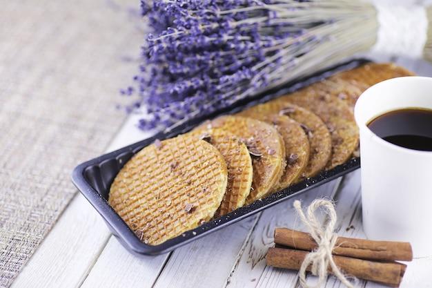 Weense wafels met karamel op een houten witte achtergrond