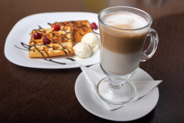 Weense wafels met latte koffie, op een houten tafel. voor welk doel dan ook.