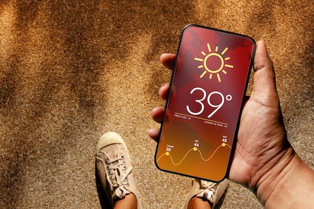 Weer weer op hoge temperatuur op mobiel scherm op warme zonnige dag