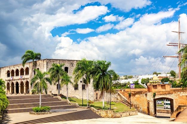 Weergave van alcazar de colon diego columbus residence vanaf het spaanse plein met blauwe lucht. beroemd koloniaal oriëntatiepunt in dominicaanse republiek.