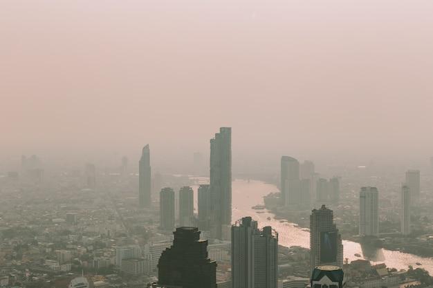 Weergave van bangkok stad avond met stof overschrijden van de standaard waarde.
