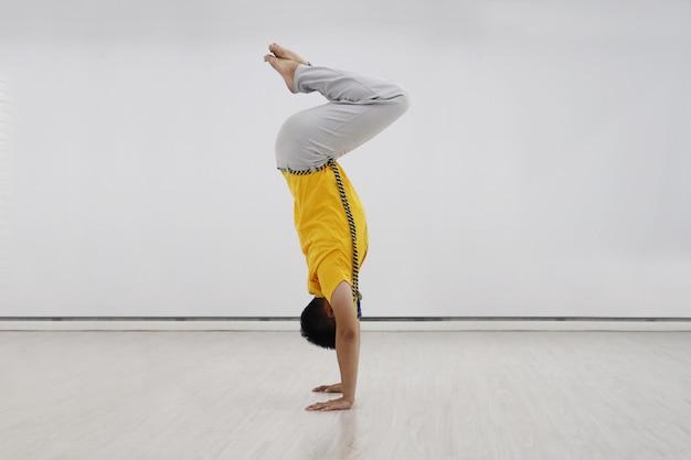 Weergave van capoerista man in handstand positie