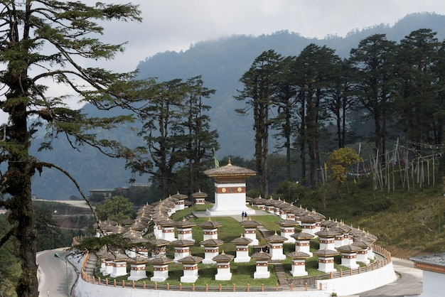 Weergave van de druk wangyal chortens, dochula pass, bhutan