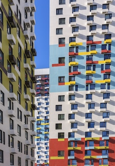 Weergave van de gevel van een residentieel gebouw met meerdere verdiepingen.