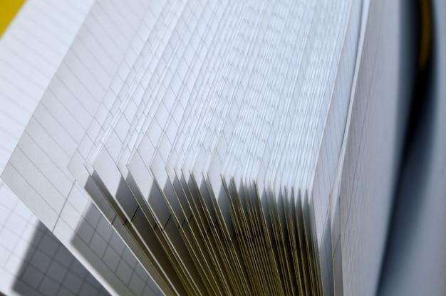 Weergave van de pagina's van een open, schoon notitieboekje. detailopname.
