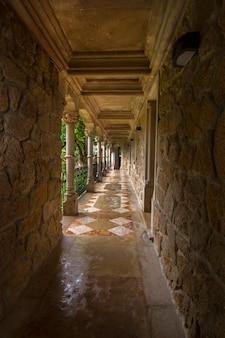 Weergave van een deel van het prachtige park genaamd, quinta da regaleira, gelegen in sintra, portugal.