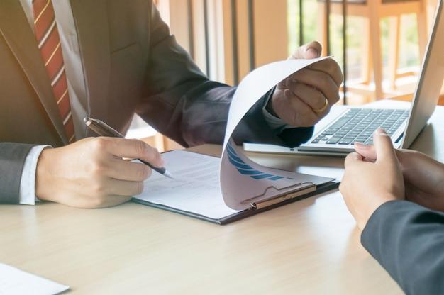 Weergave van een examinator die een cv lees tijdens een sollicitatiegesprek