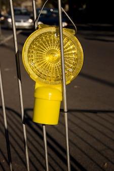 Weergave van een gele lantaarn, verkeersborden, hangend aan de slagboom