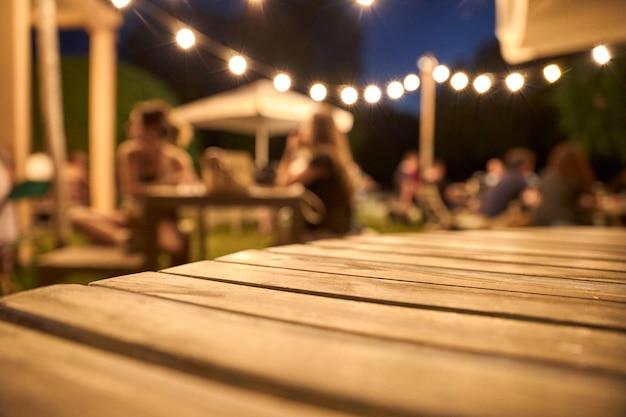 Weergave van een houten tafel op het terras van een bar