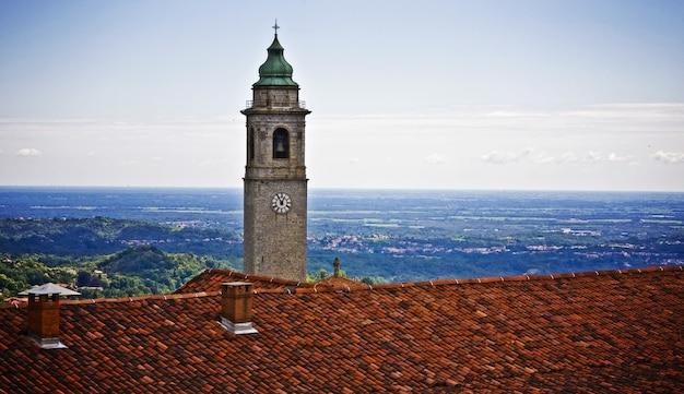 Weergave van een klokkentoren met een blauwe lucht in het oppervlak