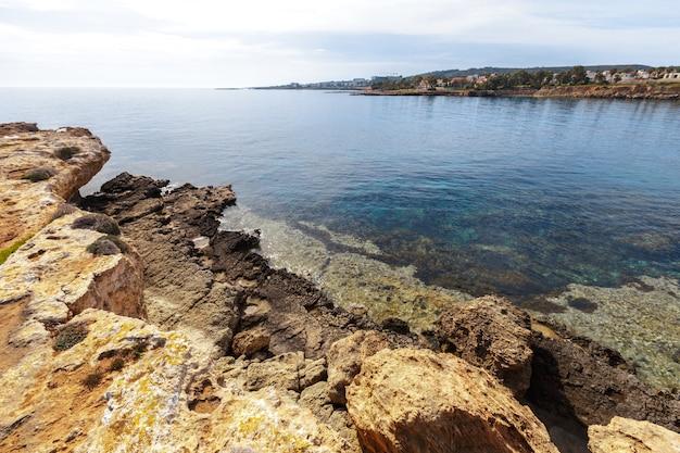 Weergave van een rotsachtige kust in de ochtend