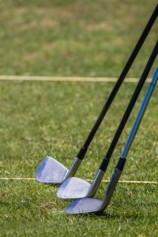 Weergave van enkele golfclubs op een golfbaan veld.
