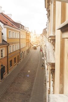 Weergave van europees gebouw vanuit een open raam