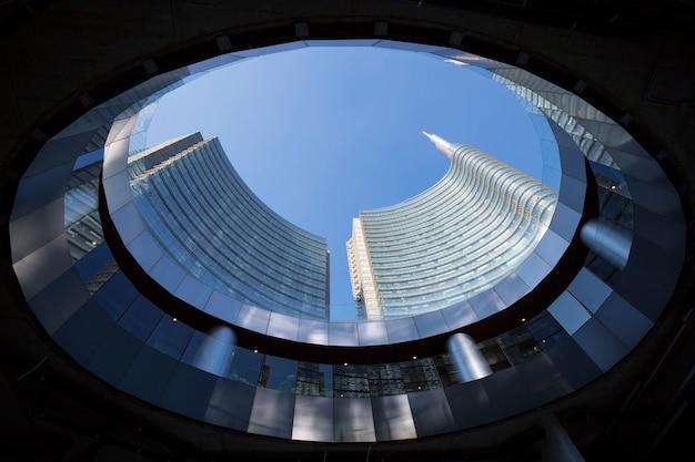 Weergave van gebouwen van onderen, milaan, italië