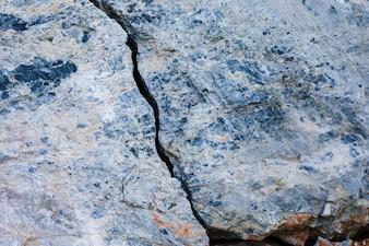 Weergave van gekraakt tussen rots