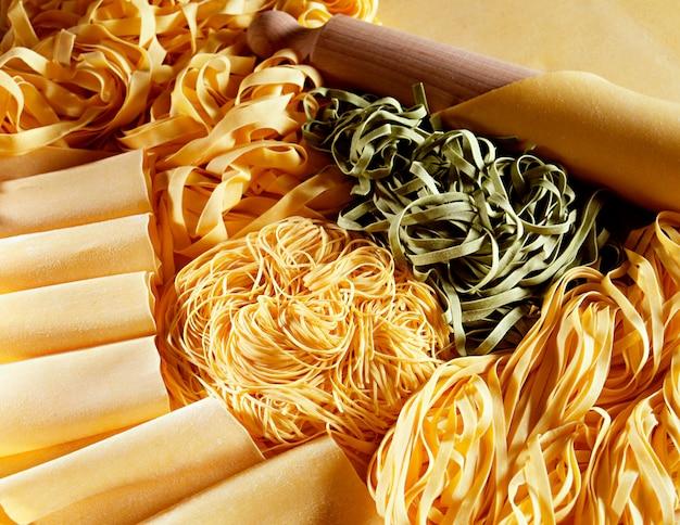 Weergave van handgemaakte italiaanse pasta's