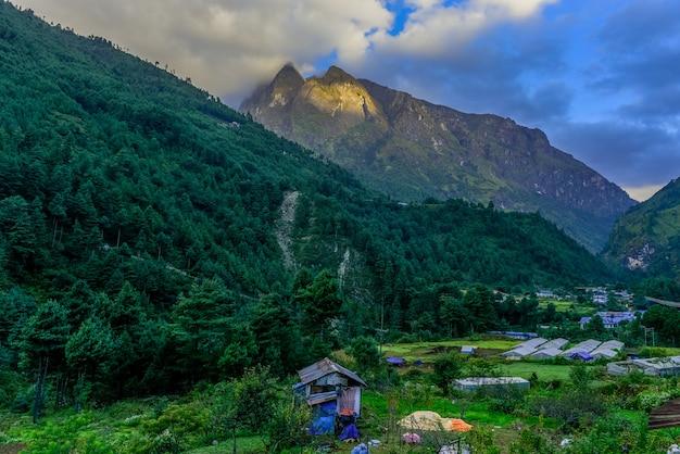 Weergave van het laagste bereik met groen dorp in oktober vorig jaar