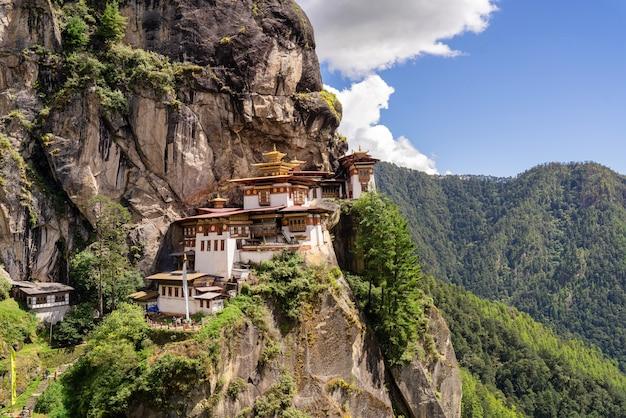 Weergave van het taktsang-klooster of het tiger's nest-klooster in paro bhutan