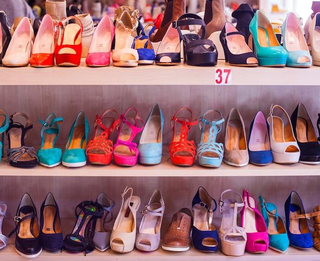 Weergave van italiaanse vrouwelijke schoenen op de planken van de winkel