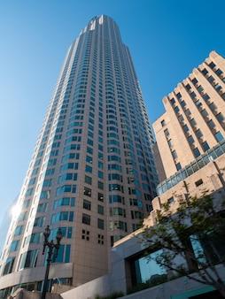 Weergave van kantoorgebouwen in los angeles downtown met blauwe hemel.