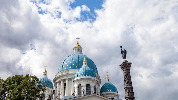 Weergave van koepels blauw met sterren kleur trinity cathedral op zondag. uniek stedelijk landschapscentrum sint-petersburg. centrale historische bezienswaardigheden stad. top toeristische plaatsen in rusland. hoofdstad van het russische rijk