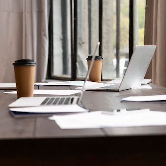 Weergave van moderne laptops op kantoor