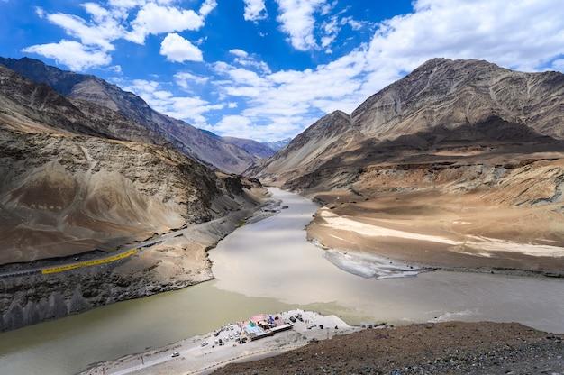 Weergave van samenvloeiing van de indus- en zanskar-rivieren