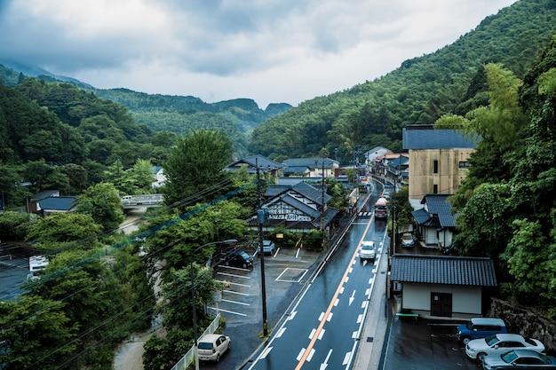 Weergave van saraguri stad op een regende dag in de buurt van nanzoin tempel in sasaguri, fukuoka prefecture, japan