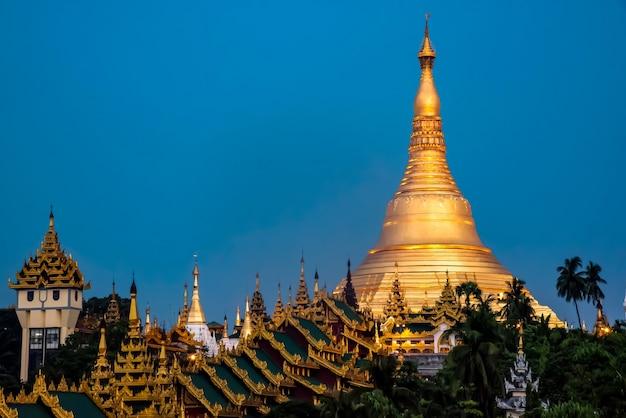 Weergave van shwedagon pagoda beautiful in yangon, myanmar