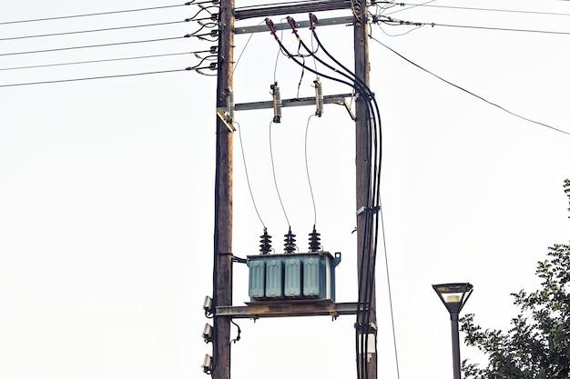 Weergave van spanningstransformator op elektriciteitspaal