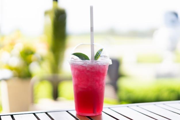 Weergave van stawberry soda sap met groene thee op de top.