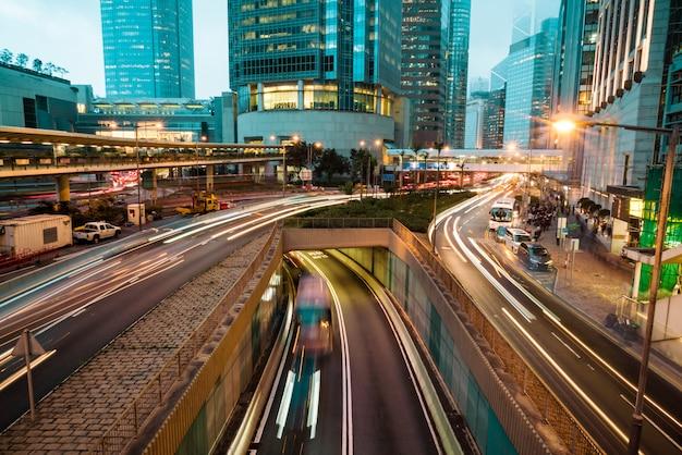 Weergave van verkeer met kantoor- en commerciële gebouwen in het centrale gebied in hong kong.
