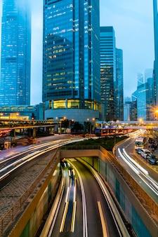Weergave van verkeer met kantoor- en commerciële gebouwen op centraal gebied in hong kong.