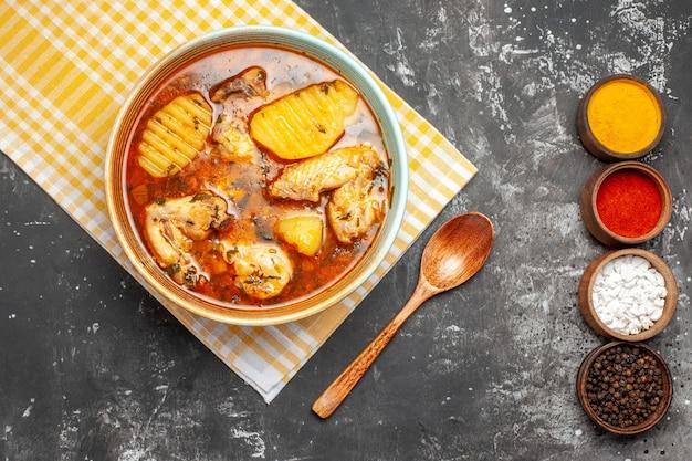 Weergave van verschillende kruiden kippensoep en lepel sluit