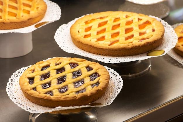 Weergave van versgebakken taartjes in een bakkerij