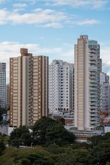 Weergave van woongebouwen in de stad salvador bahia brazilië.