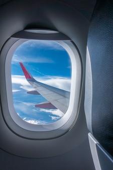 Weergave via vliegtuigvenster. (gefilterde afbeelding verwerkt vintage ef