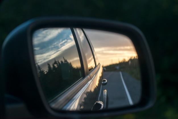 Weerspiegeling van de auto in een zijspiegel, avalon peninsula, newfoundland en labrador, canada