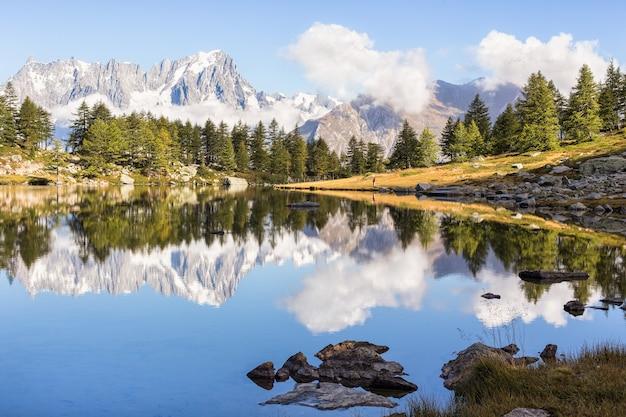 Weerspiegeling van de berg in een prachtig meer