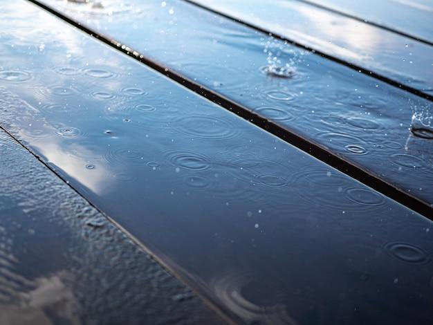 Weerspiegeling van de hemel in een plas op houten planken