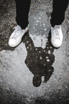 Weerspiegeling van de persoon die op de grond staat