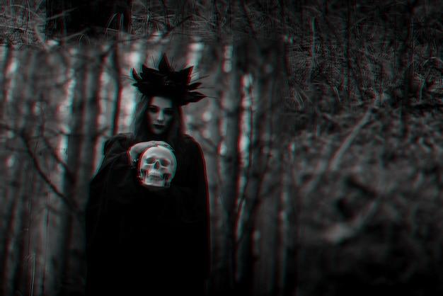 Weerspiegeling van een boze enge heks met de schedel van een dode man in een spiegel. zwart-wit met 3d glitch virtual reality-effect
