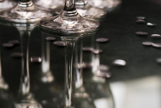 Weerspiegeling van glazen op clublijst bij nacht
