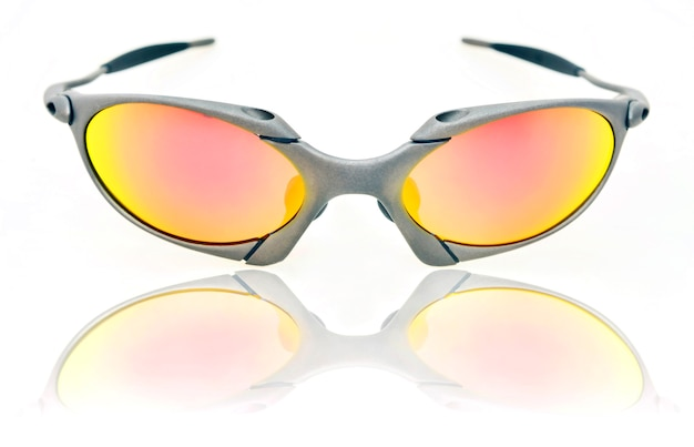 Weerspiegeling van moderne geïsoleerde zonnebril