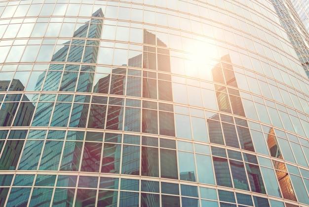 Weerspiegeling van moderne wolkenkrabbers verlicht door de zon moskou torens algemeen beeld