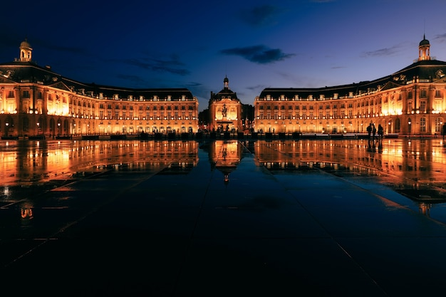 Weerspiegeling van place de la bourse in bordeaux, frankrijk. een unesco werelderfgoed