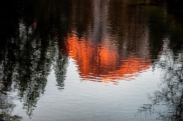 Weerspiegeling van zonsondergang op half dome, yosemite national park, californië