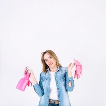 Weerzinwekkende vrouw met nevelfles en handschoenen