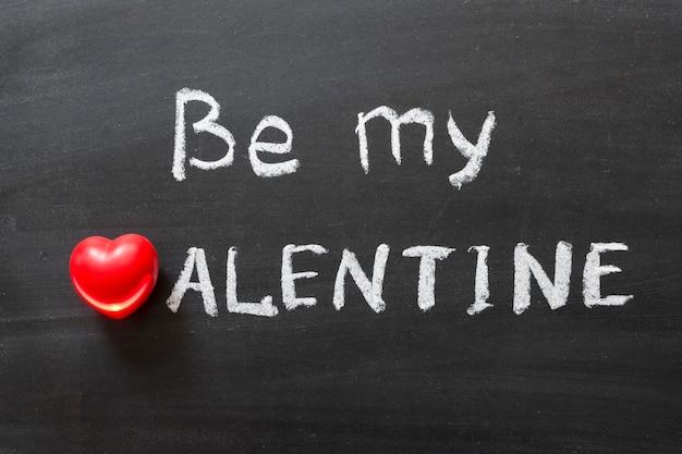 Wees mijn valentijn zin handgeschreven op schoolbord
