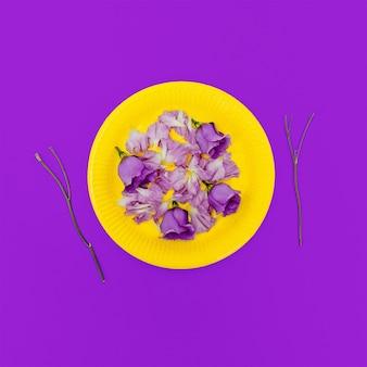 Wees mode dame. houd van bloemen, houd van jezelf. glamoureuze ontbijt. minimalistische modekunst.